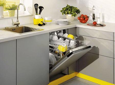 Посудомойка на кухне